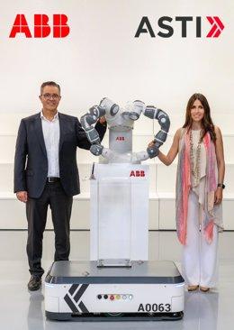 Sami Atiya, presidente del negocio de Robotics & Discrete Automation de ABB y Verónica Pascual Boé, CEO de Asti.