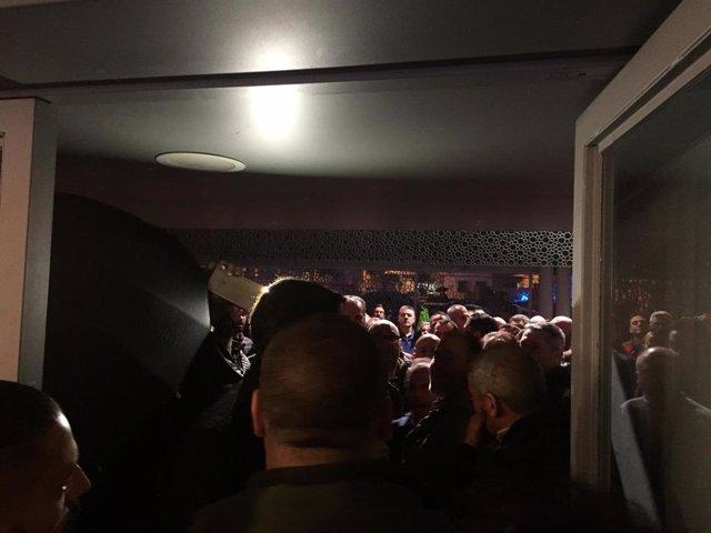 Archivo - Concentración de taxistas en el teatro Romero San Juan la noche de los hechos