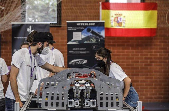 Varios estudiantes durante un encuentro en la European Hyperloop Week (EHW), en el Pabellón de Deportes de la Universitat Politècnica de València (UPV), en València.