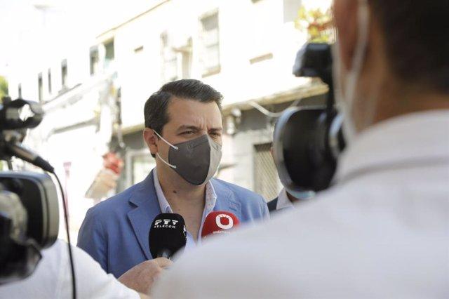 El alcalde de Córdoba, José María Bellido (PP), atiende a los periodistas.