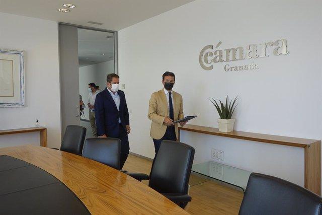 El alcalde de Granada, Francisco Cuenca, se ha reunido con el presidente de la Cámara de Comercio de Granada y de la Confederación Granadina de Empresarios, Gerardo Cuerva.