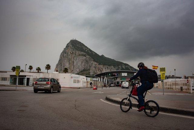 Tránsito de coches y personas en la frontera de Gibraltar, a 30 de marzo 2021.