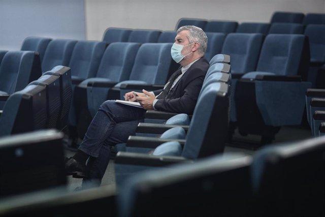 Archivo - El secretario de estado de comunicación, Miguel Ángel Oliver, escucha la rueda de prensa posterior al Consejo de ministros en Moncloa, Madrid (España), a 17 de noviembre de 2020. En esta reunión el Gobierno ha aprobado la extensión de los period