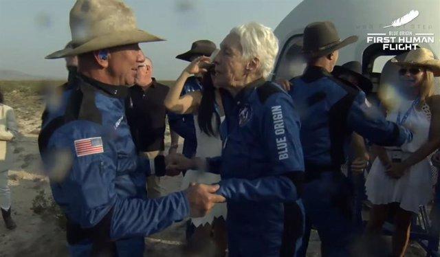 Jeff Bezos i Wally Funk quan ha aterrat la nau