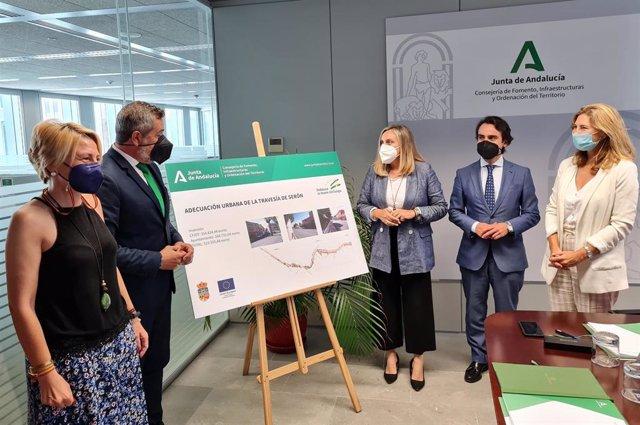 Firma del convenio en Sevilla entre la Junta y Ayuntamiento de Serón