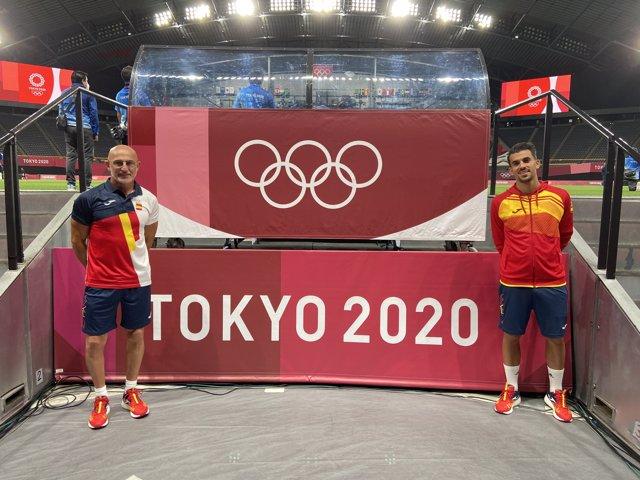 El seleccionador olímpico español, Luis de la Fuente, y el internacional Dani Ceballos posan junto al cartel de los Juegos de Tokyo 2020 en el Sapporo Dome.