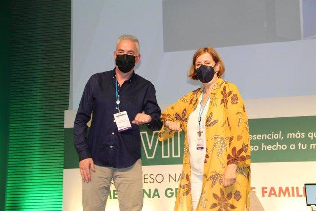 En la imagen aparecen el principal autor del estudio, el enfermero José Manuel Cuervo, junto a la doctora Pilar Rodríguez Ledo, vicepresidenta de la SEMG, encargada de entregarle el premio.