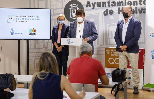 El alcalde de Huelva, Gabriel Cruz, presenta el Plan Estratégico de Comercio Urbano.