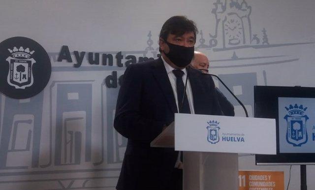Archivo - El alcalde de Huelva, Gabriel Cruz, en rueda de prensa.