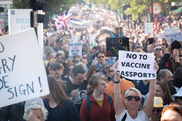 Archivo - 24 April 2021, United Kingdom, London: Protesters hold placards during a rally at London's Oxford Street as part of the Unite For Freedom protest against the nationwide Corona restrictions. Photo: Andy Barton/SOPA Images via ZUMA Wire/dpa