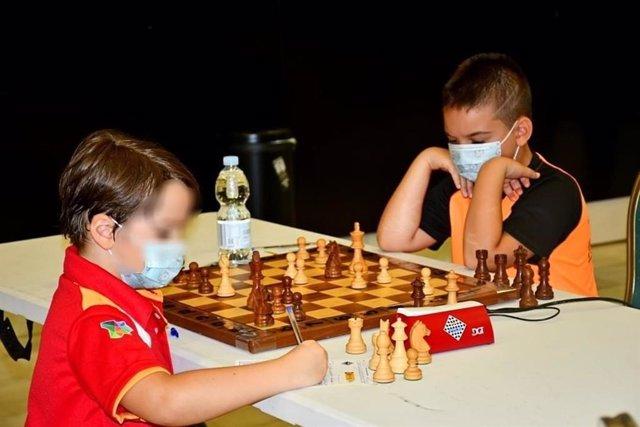 Uno de los niños del club de ajedrez de Paterna