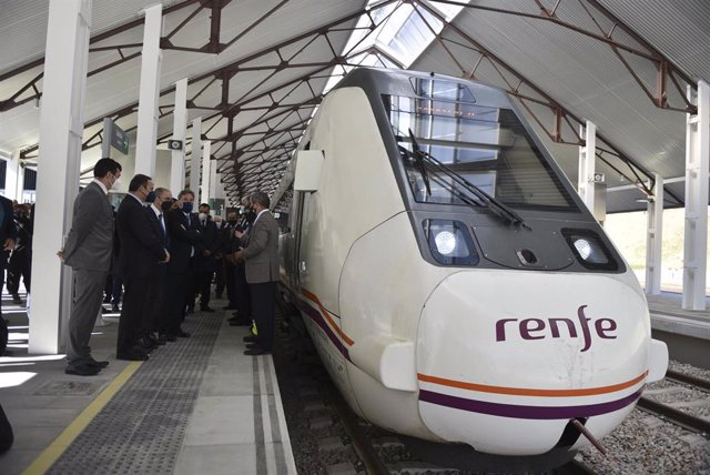 Archivo - El alcalde de Canfranc, Fernando Sánchez (i) y el ministro de Transportes, Movilidad y Agenda Urbana, José Luis Ábalos (d) junto al tren en la inauguración de la nueva estación de ferrocarril de Canfranc, a 15 de abril de 2021, en Canfranc, Hues