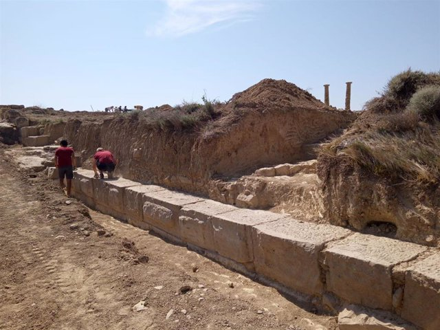 Parte de la muralla encontrada en el yacimiento de Los Bañales