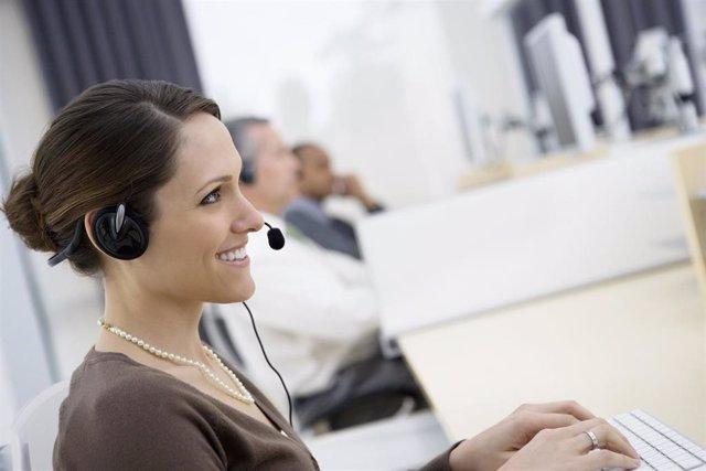 Archivo - Una teleoperadora durante su jornada laboral
