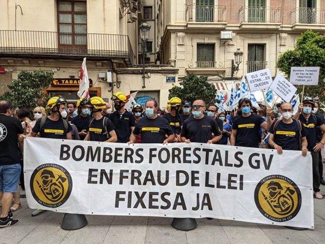 Bomberos forestales en un acto de protesta