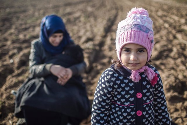 Archivo - 03 March 2020, Turkey, Pazarkule: Refugees from Iraq wait for the opening of the Pazarkule Border Crossing along the Turkish-Greek border. Thousands of migrants arrived to the border crossing after Ankara said it could no longer contain the numb