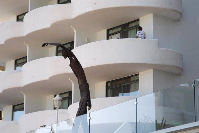 Un joven en un balcón del hotel Palma Bellver, donde estaban confinados 249 jóvenes.