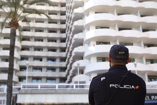 Un policía nacional hace guardia frente al hotel Palma Bellver.