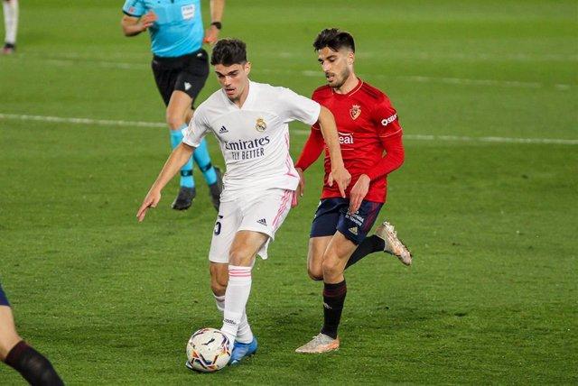 Archivo - Nacho Vidal presiona a Miguel Gutiérrez en el Real Madrid-Osasuna de LaLiga Santander 2020-2021
