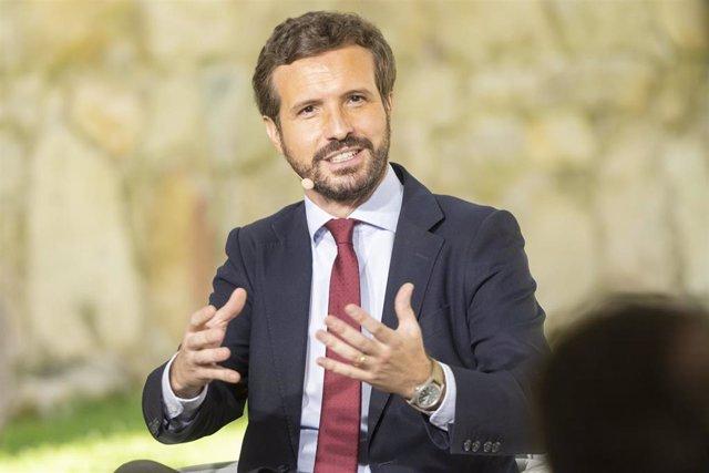 El presidente nacional del Partido Popular, Pablo Casado, participa en la mesa redonda 'La Concordia, base de nuestra Constitución y del éxito de nuestra democracia', a 19 de julio de 2021, en Ávila, Castilla y León (España).