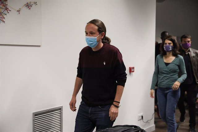 Archivo - Imagen de archivo del exsecretario general de Podemos, Pablo Iglesias, junto a la portavoz estatal de la formación morada, Isa Serra.