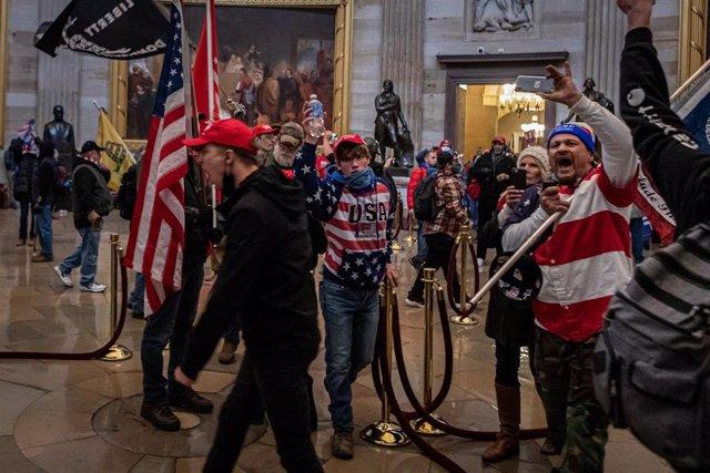 Archivo - Partidarios de Donald Trump durante al asalto al Capitolio el pasado 6 de enero.