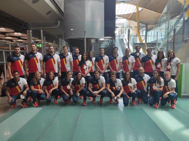Las selecciones españolas masculina y femenina de waterpolo, en un posado conjunto antes de partir hacia los Juegos Olímpicos de Tokyo 2020