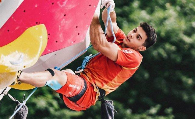 Archivo - El escalador español Alberto Ginés