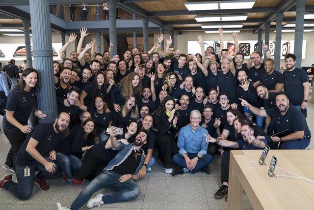 Archivo - Apple CEO Tim Cook visits Apple Puerta del Sol in Madrid