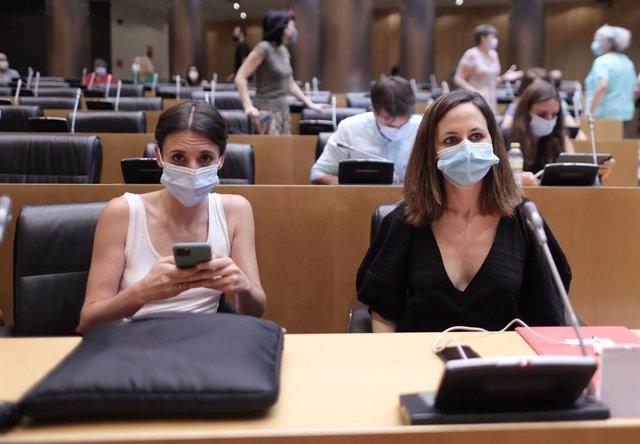 La ministra de Igualdad, Irene Montero (i) y la ministra de Derechos Sociales, Ione Belarra (d), en una reunión del grupo parlamentario de Unidas Podemos, Galicia en Común, en el Congreso de los Diputados, a 20 de julio de 2021, en Madrid (España).