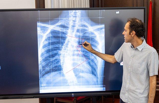 En la imagen, Manuel Curado Navarro, doctor del Grado en Ingeniería Informática de la Universidad Católica de Murcia durante una explicación en una pantalla digital.
