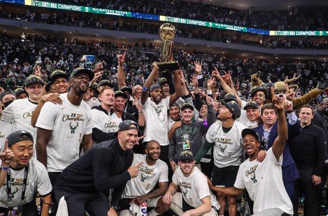 Los Milwaukee Bucks celebran el título de la NBA 2021 tras imponerse en el sexto duelo de las Finales a los Phoenix Suns (105-98)