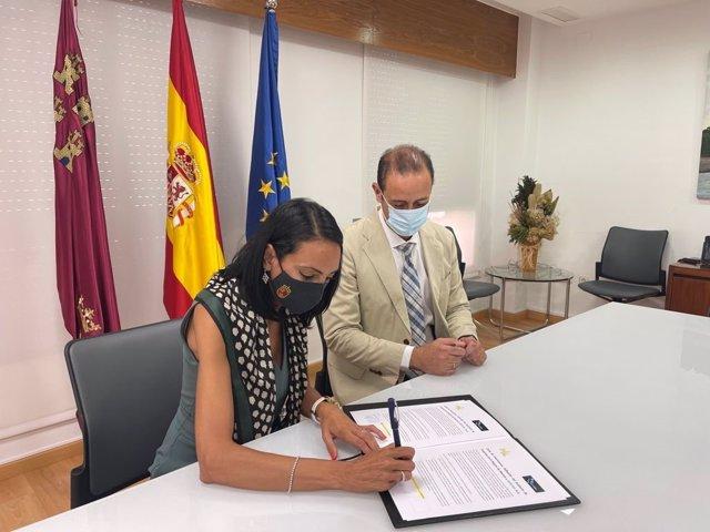 La consejera de Empresa, Empleo, Universidades y Portavocía, Valle Miguélez, en la firma del documento de colaboración junto con el presidente de Timur, Juan Celdrán.