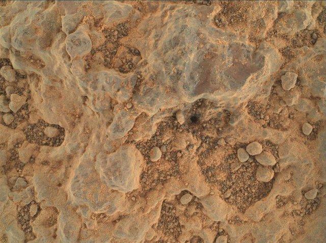 """El rover Perseverance Mars de la NASA tomó este primer plano de un objetivo rocoso apodado """"Foux"""" usando su cámara WATSON en el extremo del brazo robótico del rover. La imagen fue tomada el 11 de julio de 2021, el día 139 marciano, o sol, de la misión."""