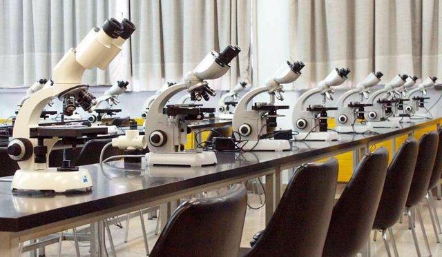 Microscopios en los laboratorios de la UC