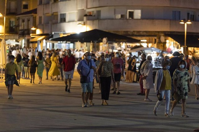 Varias personas pasean en Sanxenxo (Pontevedra).