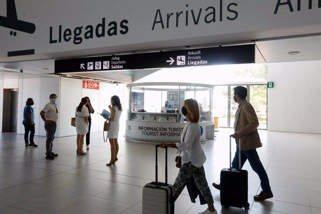 Pasajeros en el Aeropuerto Internacional de la Región de Murcia (AIRM)