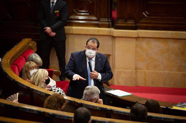 El conseller d'Interior de la Generalitat, Joan Ignasi Elena, durant la sessió plenària al Parlament