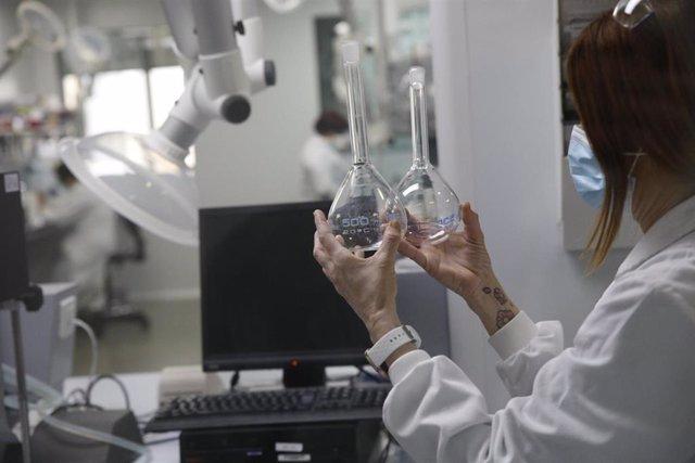 Archivo - Una trabajadora de la fábrica de Reig Jofre en el laboratorio, en Barcelona, Catalunya (España)