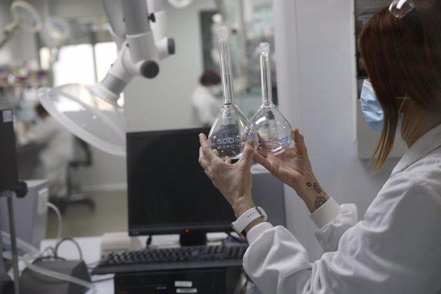 Archivo - Arxiu - Una treballadora de Reig Jofre al laboratori