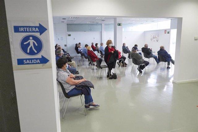 Archivo - Varias personas esperan para recibir la vacuna de Janssen contra el Covid-19, a 22 de abril de 2021, en Pamplona, Navarra (España). Navarra ha comenzado a administrar este jueves la vacuna de Janssen a unas 830 personas, que han sido citadas par