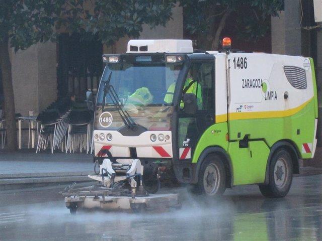 Archivo - Máquina de limpieza viaria en una calle