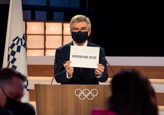 El presidente del COI, Thomas Bach, muestra el cartel con Brisbane, elegida sede de los Juegos Olímpicos y Paralímpicos de 2032.