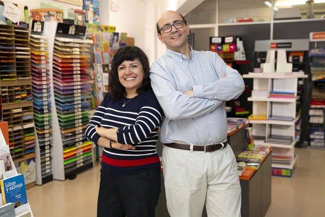 Archivo - Dos emprendedores que abrieron una papelería con la financiación de MicroBank