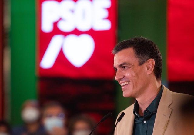 El secretario general del PSOE y presidente del Gobierno, Pedro Sánchez, durante su intervención en un acto de partido. En Hotel Barceló Renacimiento, a 17 de julio de 2021 en Sevilla (Andalucía, España).