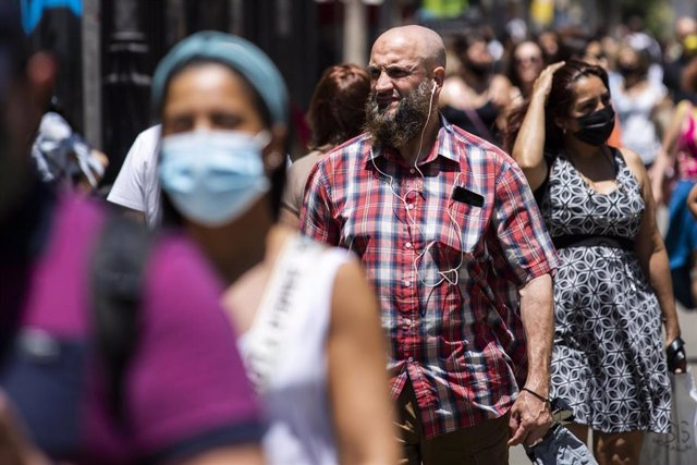 Un hombre pasea sin mascarilla por el centro de Madrid, durante el primer día en el que no es obligado el uso de la mascarilla en exteriores desde el inicio de la pandemia, a 26 de junio de 2021.