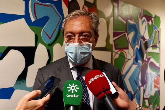 El consejero andaluz de Transformación Económica, Rogelio Velasco, atiende a los medios en Sevilla, foto de archivo