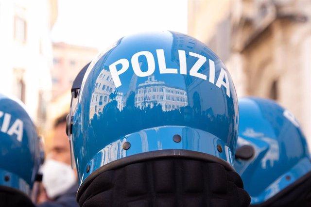 Archivo - Cascos de policías italianos