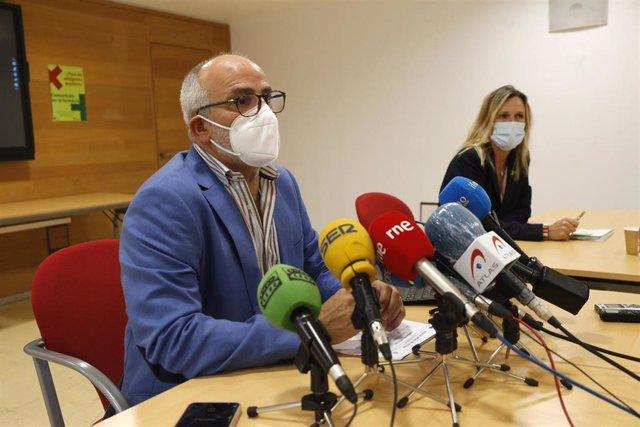 El Consejero De Sanidad, Miguel Rodríguez, Y La Presidenta Del Colegio De Farmacéuticos De Cantabria, Rita De La Plaza