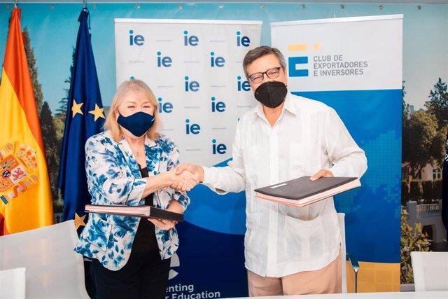 El presidente del Club de Exportadores e Inversores,Antonio Bonet, y la decana de IE School of Global & Public Affairs, Susana Malcorra
